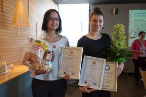 Jakelu tai markkinointi -sarjan voitti Aino Tarkkio (oikealla) ainesosasanakirjalla, 2. Ville Raivio (ei päässyt paikalle) ja 3. oli Lidia Pirilä (vasemmalla).