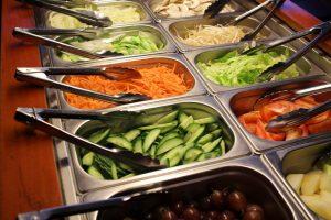 Ruokabuffan salaatit ovat tarjolla pienehköissä, kapeissa, erillisissä astioissa.